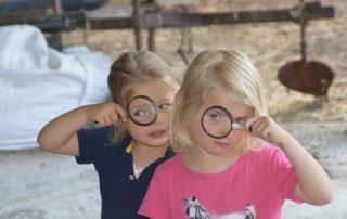 Kinder mit Lupe