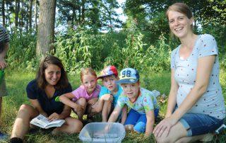 Kinder mit Umweltpädagogin bei Baumhoers Lippeauenblick